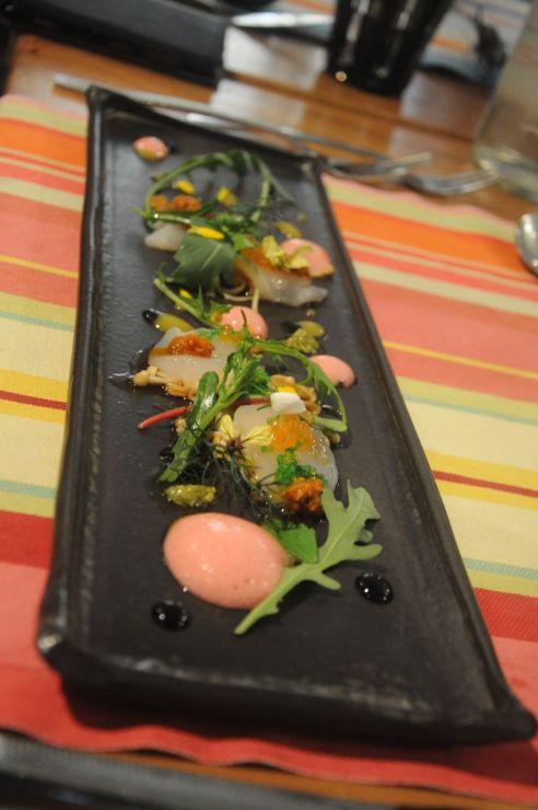 Sashimi de noix de St Jacques marines à la minute avec vinaigrette à l'orientale (vinaigre de riz, soja, gingembre), champignons enoki travaillé à l'huile de sésame, brocolis sauvage et espuma figues de barbarie, Le 5ème Péche